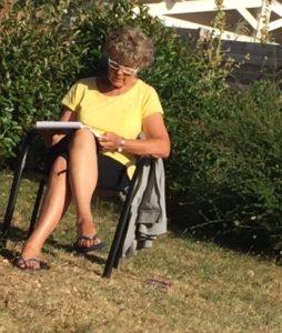 M-L ecrit son livre dans son jardin