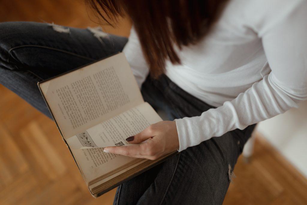 jeune fille qui lit votre livre