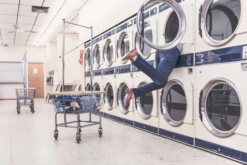 jambes de femme sortant d'une machine de laverie