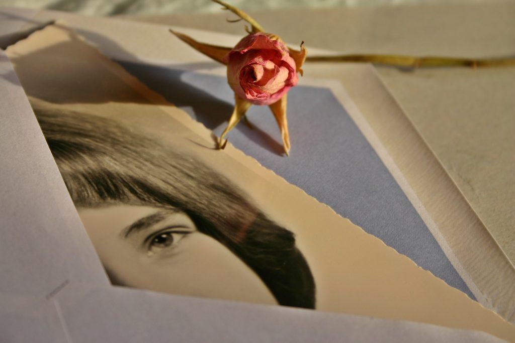 photo femme noir et blanc qui sort d'une enveloppe