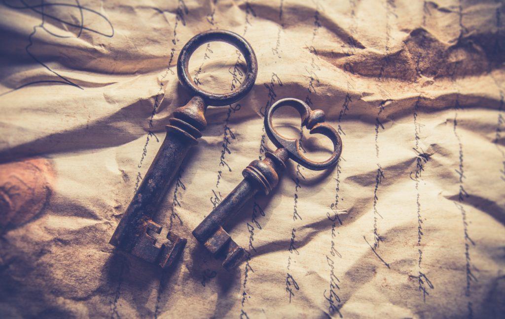 clés anciennes posées sur une lettre froissée