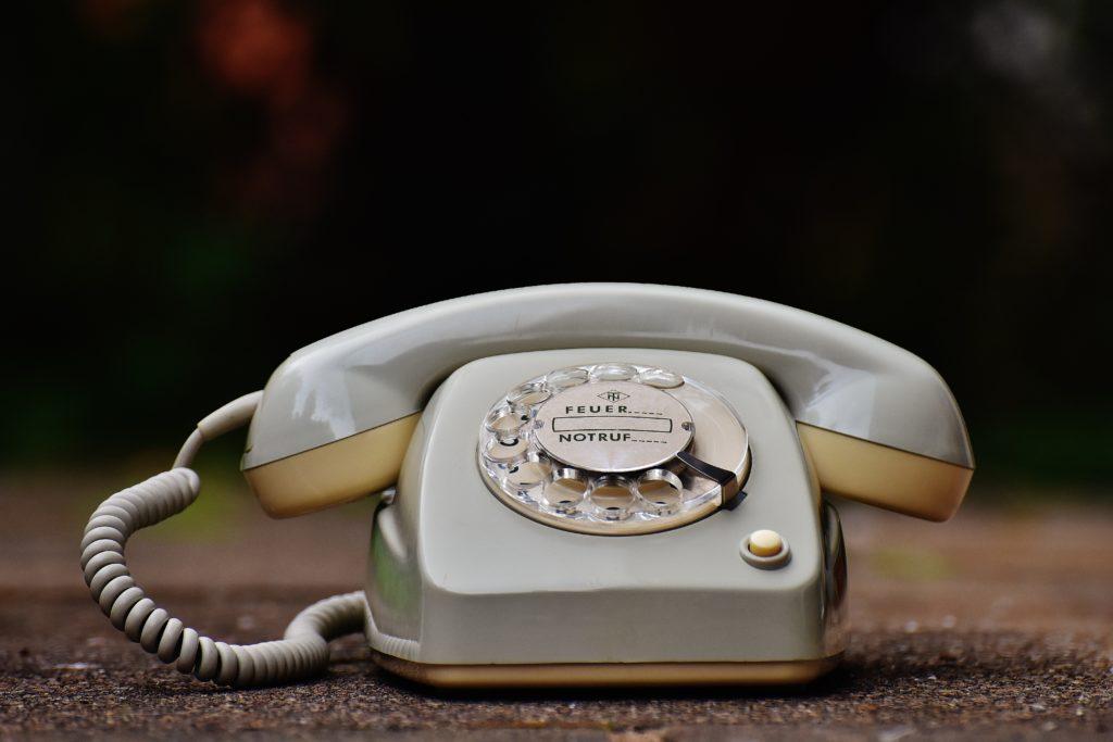 téléphone vintage gris avec lequel il fallait tourner la molette pour composer le numéro
