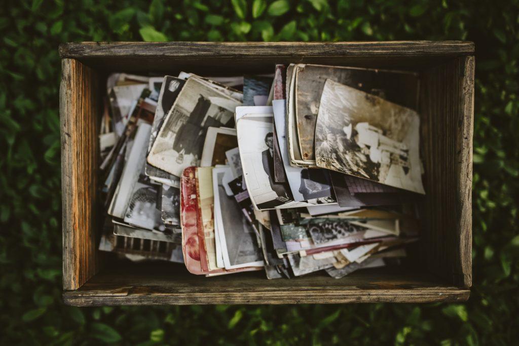 caisse en bois pleine de photos