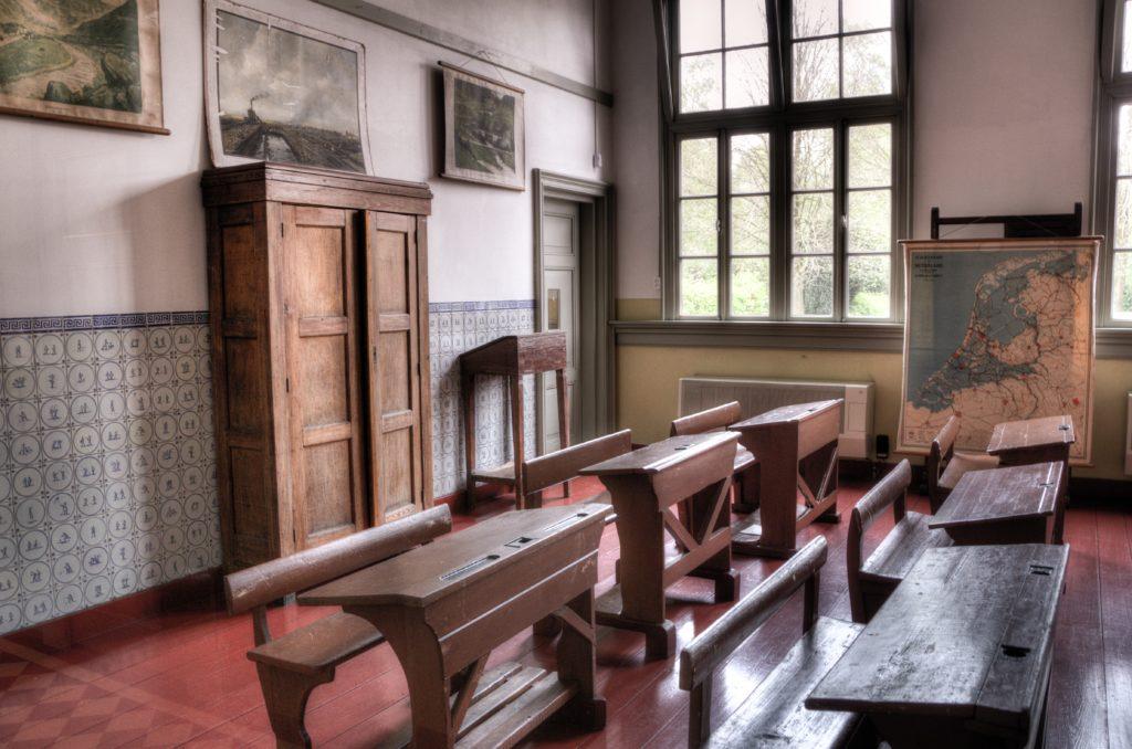 salle de classe bancs en bois